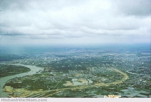 Arial View of Saigon 1966 - Khu vực cầu SG và Xa lộ Saigon - Biên Hòa đoạn đường lượn cong nay là Điện Biên Phủ, góc dưới bên trái là cầu SG và Tân cảng của Mỹ đang xây dựng - Source: Don's Galleries