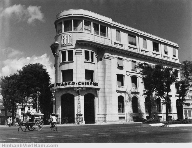 """Nhiếp ảnh gia Carl Mydans ghi lại hình ảnh xe ngựa trên đường phố Sài Gòn năm 1950. Đây là con đường gần ngân hàng Pháp Hoa, góc đường Hàm Nghi – Phủ Kiệt xưa, nay là ngã tư Hàm Nghi – Hải Triều. Loại xe này có cái mui cong nhìn giống mả (mộ) đất nên được người dân gọi là xe thổ mộ. Còn một giả thiết khác, tên thổ mộ xuất phát từ tiếng Quảng Đông, người Hoa gọi xe độc mã là """" thu ma"""", lâu dần người Việt cũng đọc trại theo là """"thổ mộ""""."""