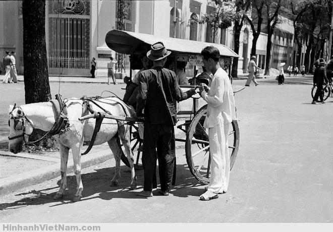 Một khách dừng xe ở góc đường quận 1. Người dân ưa chuộng xe ngựa vì tính tiện dụng và nhanh chóng, có thể xuống xe bất cứ lúc nào và bất cứ đâu. Ảnh chụp bởi Carl Mydans, năm 1950.