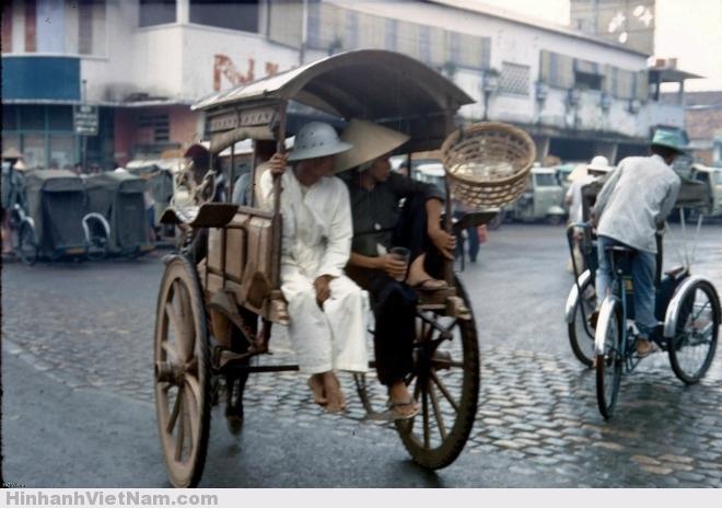 Tác giả HG Waite chụp bức ảnh này vào tháng 1/1968, trước cuộc tổng tấn công Tết Mậu Thân vài tuần. Ảnh chụp tại bến xe ngựa, xe lam gần bùng binh chợ Sài Gòn. Tương tự như xe buýt hiện nay, những chiếc xe thổ mộ là phương tiện giao thông công cộng phổ biến thời bấy giờ, chở người và hàng hóa, có những bến đỗ riêng.