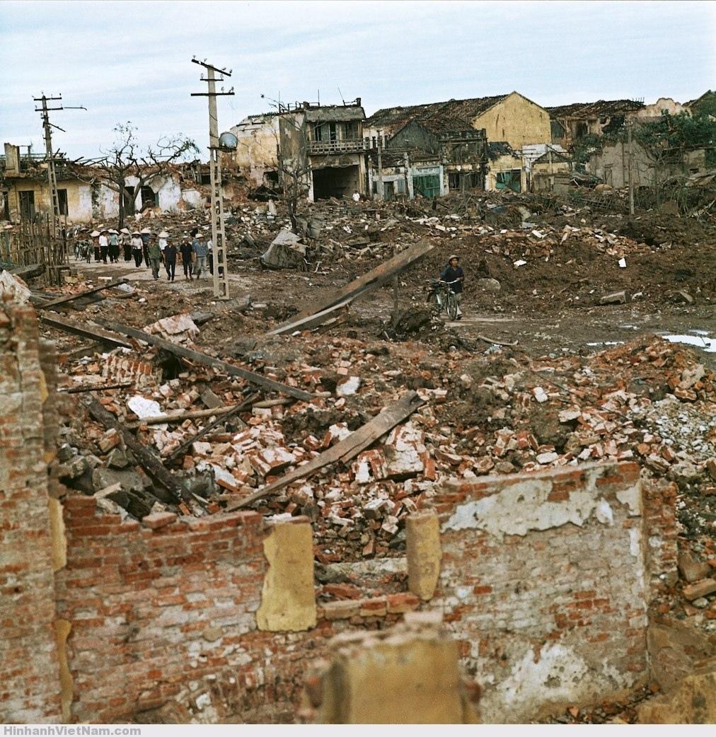 Cảnh tan hoang sau các trận oanh tạc của máy bay Mỹ.