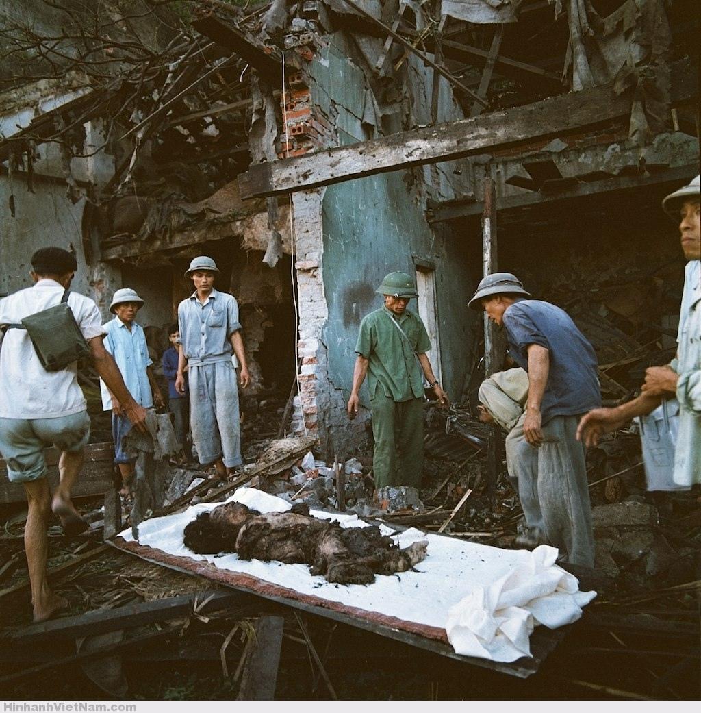 Một thi thể không toàn vẹn được đưa ra từ ngôi nhà đổ nát.