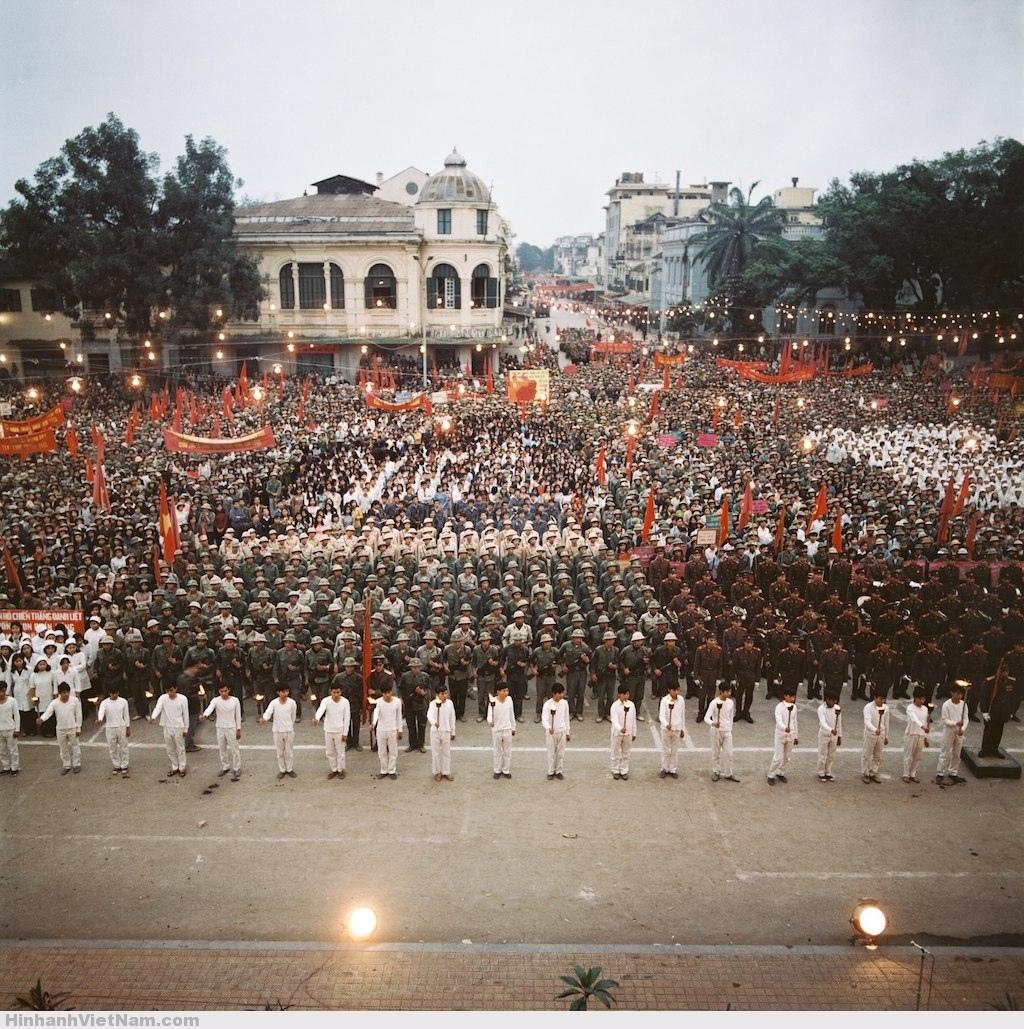 Cuộc mít-tinh lớn được tổ chức ở quảng trường Cách mạng Tháng Tám, Hà Nội