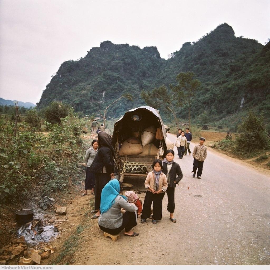 Người dân nghỉ ngơi ven đường trên hành trình sơ tán.