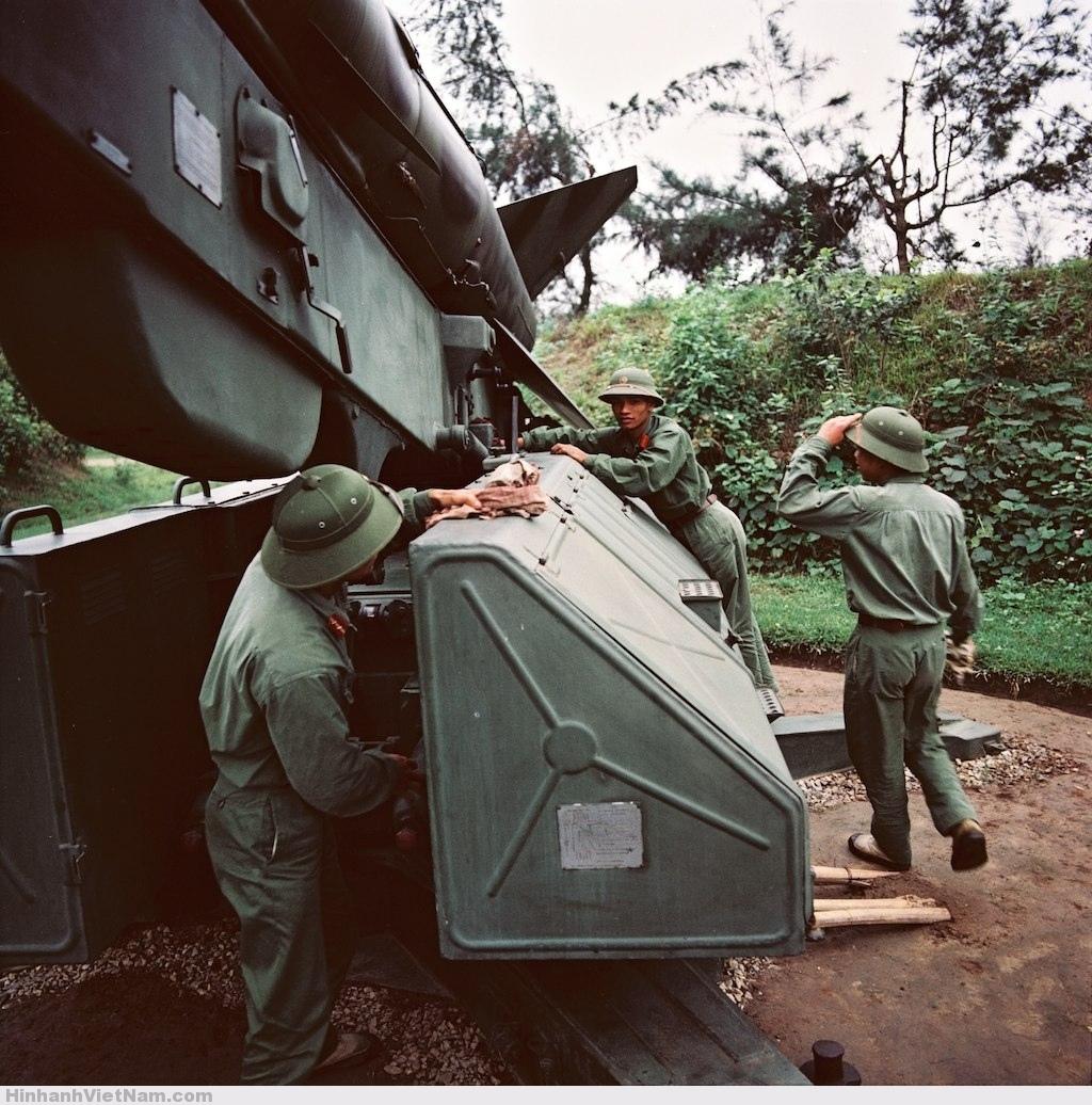 Các chiến sĩ bên bệ phóng tên lửa phòng không