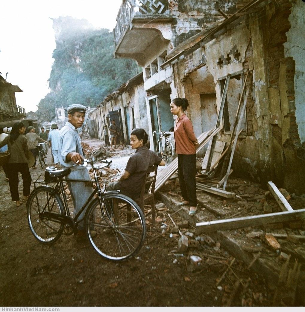 Một khu phố bị bom Mỹ tàn phá