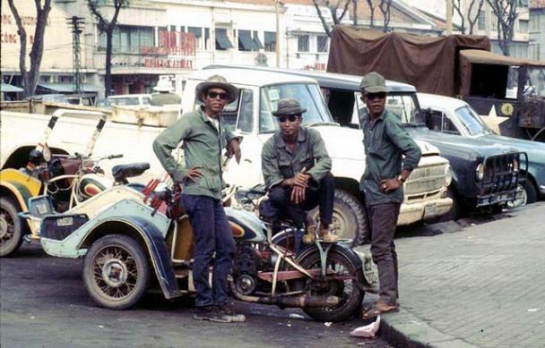 Các bác tài xế xích lô máy