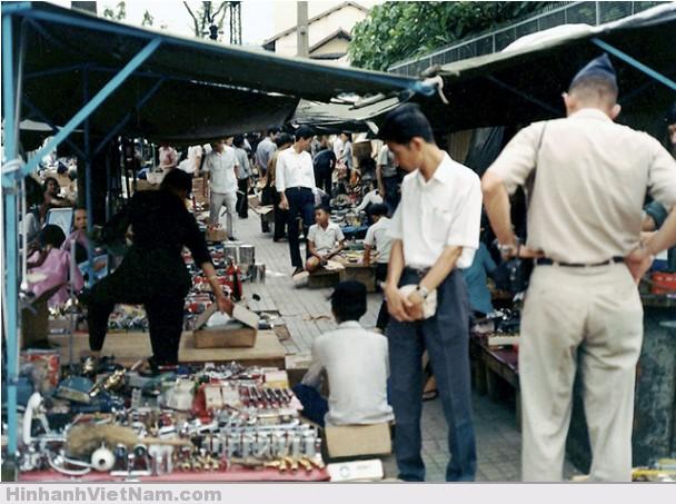 Chợ trời - nơi buôn bán những hàng hóa cũ