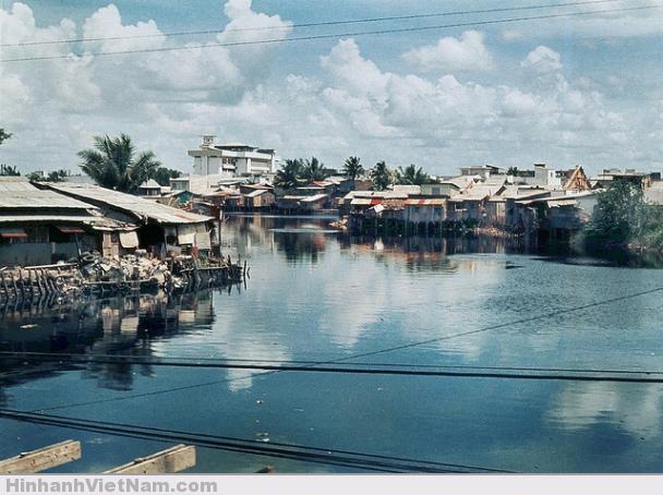 Kênh Nhiêu Lộc – trên cầu Công Lý nhìn về phía cầu Trương Minh Giảng, toà nhà cao là ĐH Vạn Hạnh