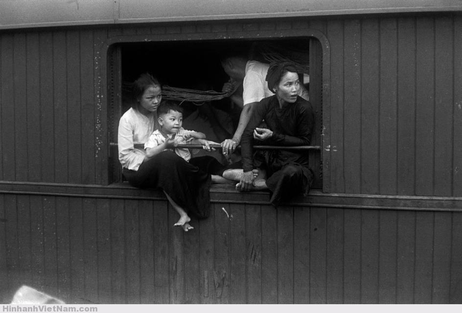 Có khoang chật chội, khách đi tàu phải ngồi ngay trên thành cửa sổ.