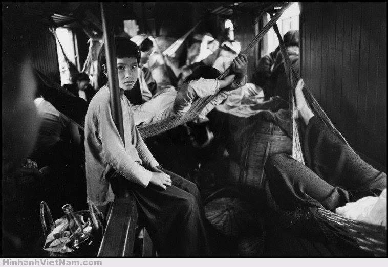 Người đứng, người ngồi, kẻ nằm võng trên toa tàu chật chội.