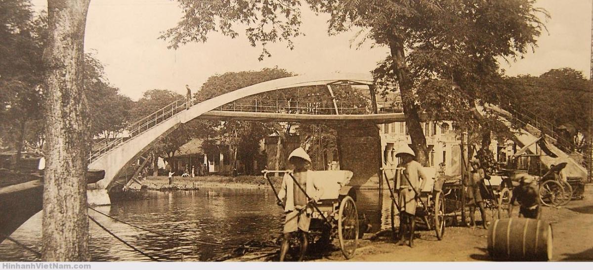 Cầu Ba Cẳng bắc qua rạch Bãi Sậy, gần Chợ Bình Tây, và gần phía sau chợ Kim Biên (chợ Kim Biên chỉ mới có sau 1975, trước đó vị trí chợ là một công viên). Chân cầu bên phải là đường Gò Công ngày nay.