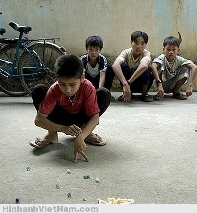 Bắn bi luôn là trò cuốn hút tất cả con trai khi còn thơ bé. Trò chơi giúp vận động, quan sát tốt với chiến lợi phẩm là những viên bi vừa bắn trúng của đối phương.