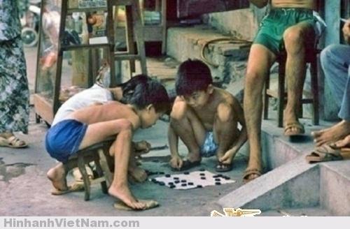 Các bạn nhỏ say mê với trò chơi cờ tướng bên vỉa hè.