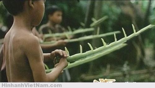 Những cây súng làm từ cuống của tàu lá chuối trong trò chơi trận giả luôn khiến trẻ em thời ấy say mê.