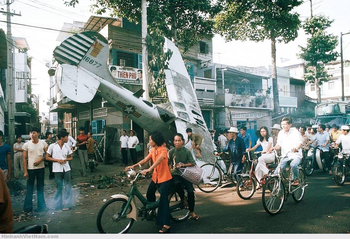 Phi cơ L-19 rơi trên đường phố Sài Gòn