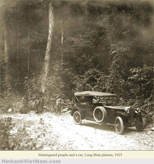 Người bản xứ và xe hơi chụp ở Lang Bian năm 1925