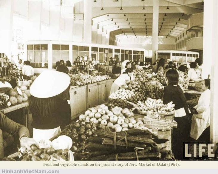 Một gian hàng rau quả tại khu chợ mới Đà Lạt 1961