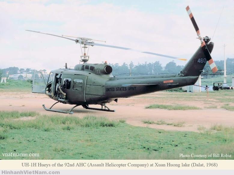 Trực thăng mang số hiệu UH-1H 92AHC đáp tại Hồ Xuân Hương 1968