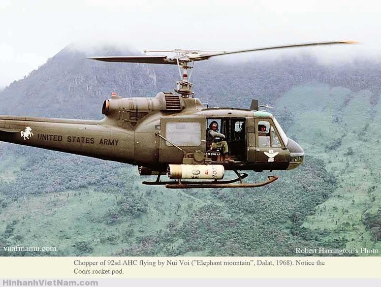 Trực thăng mang mã số 92 AHC bay trên núi Vôi 1968 Đà Lạt