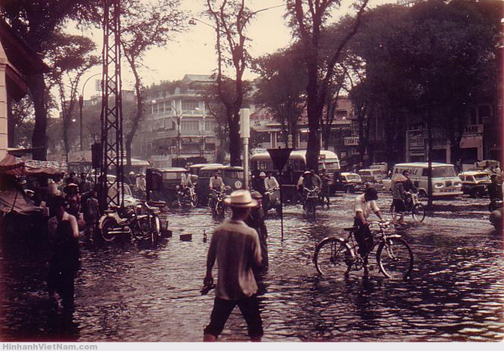 Ngập lụt trước Bưu điện Q.1, góc Lê Lợi-Pasteur.