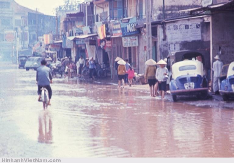 Một tuyến đương bị ngập sau mưa vào năm 1967. Ảnh của Donald Jellema.