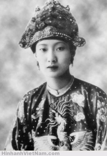 Nam Phương hoàng hậu trong triều phục năm 1934