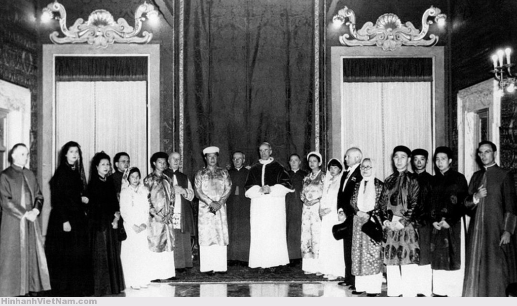 Pope Pius XII, Bao Dai king of Annam, his wife and his retinue on September 9, 1950 in the Vatican