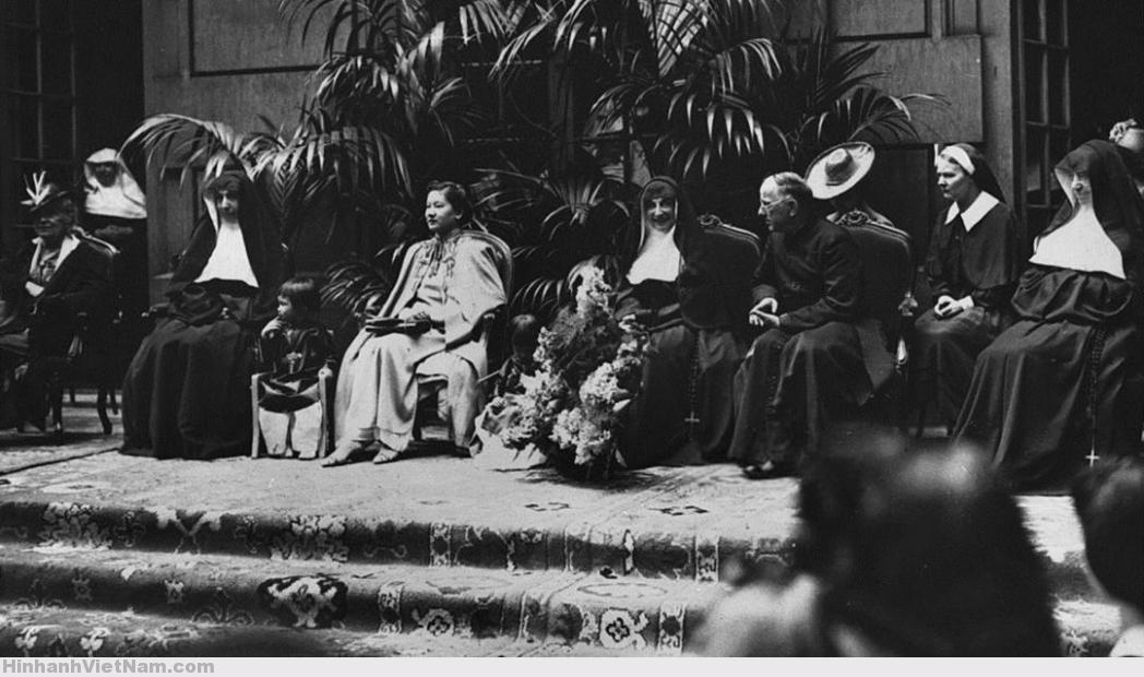 Paris, France Ca. 1933 – Nam Phương Hoàng Hậu cùng các con viếng thăm trường Couvent des Oiseaux nơi bà từng theo học