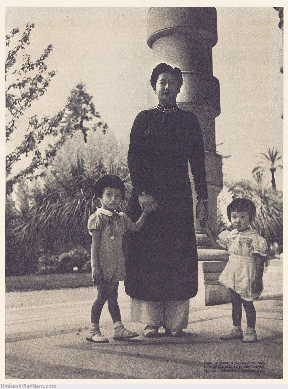 Nam Phương Hoàng hậu với Thái tử Bảo Long và công chúa Phương Liên dạo chơi trong công viên
