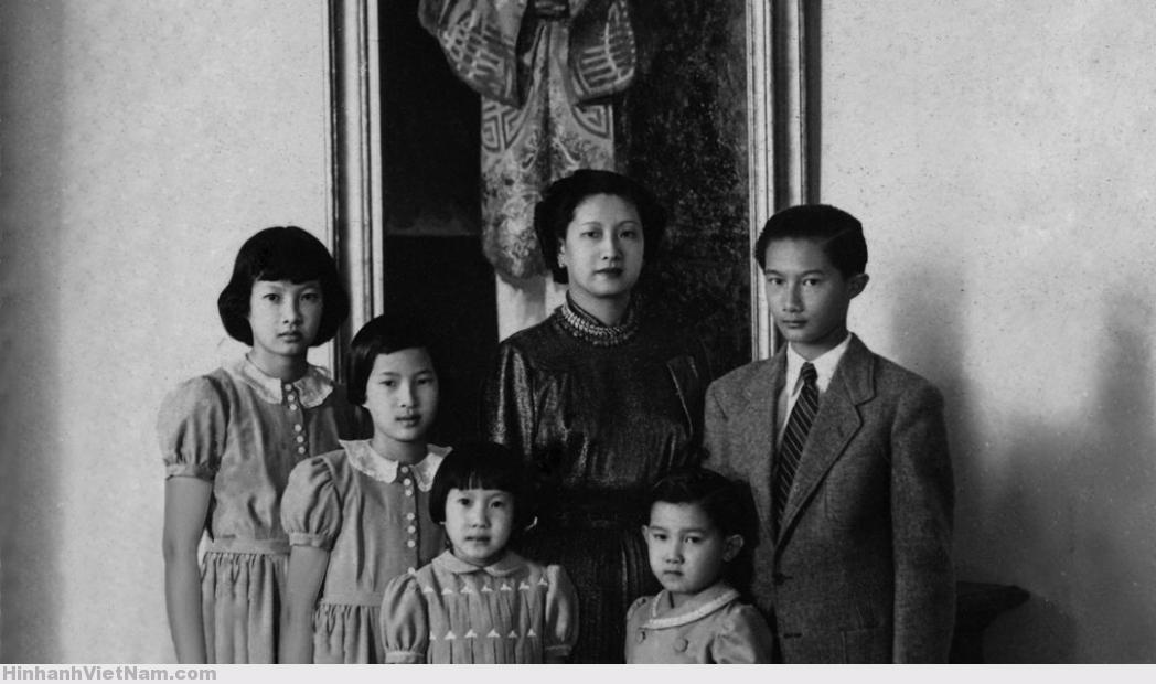 Hoàng hậu Nam Phương với 5 người con tại lâu đài Thorenc, TP Cannes, Pháp