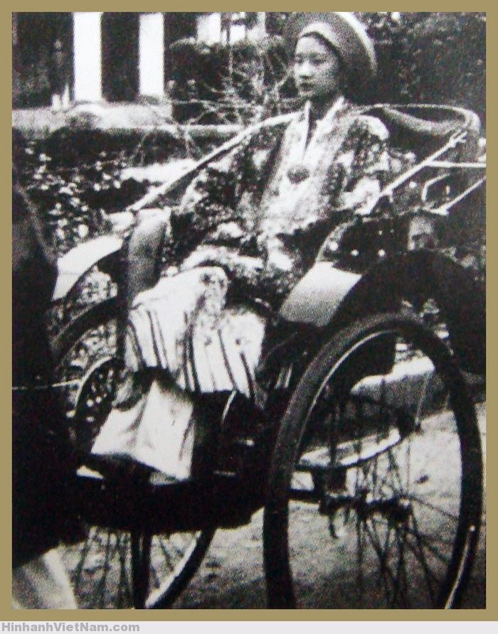 Hoàng hậu Nam Phương ngồi xe kéo đi trong Đại nội