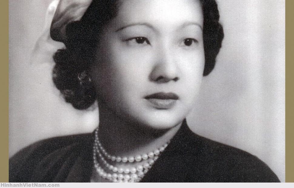 Hoàng hậu Nam Phương mặc âu phục, đầu những năm 1950