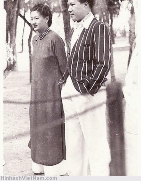 1942 Vua Bảo Đại và Hoàng hậu Nam Phương đứng xem cuộc diễn hành của xứ Chùa Tháp chào mừng Hoàng gia Việt