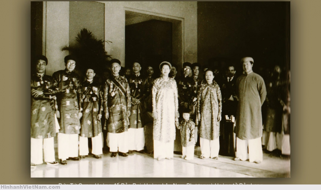 1939 – Đức Từ Cung, Hoàng Đế Bảo Đại, Hoàng Hậu Nam Phương, Hoàng Tử Bảo Long và các quan chức Nam triều