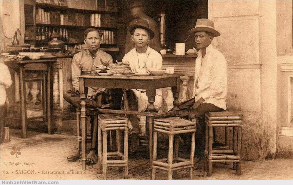 Trong một trà quán của người Hoa ở Chợ Lớn những năm 1920