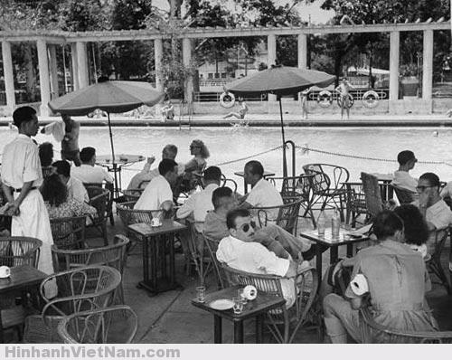 Cà phê bên hồ bơi Tao Đàn năm 1948 (Cung Văn hóa Lao Động bây giờ)