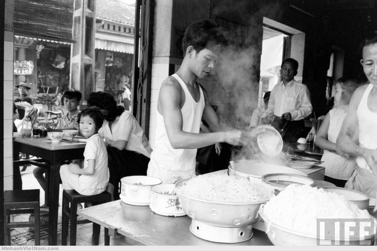 Một tiệm mì trong Chợ Lớn năm 1961