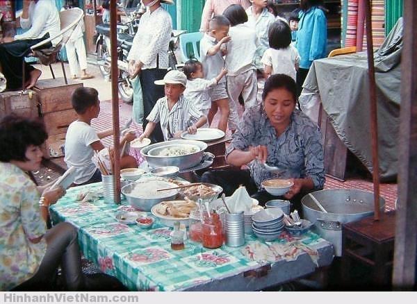 Một sạp bún riêu trong chợ