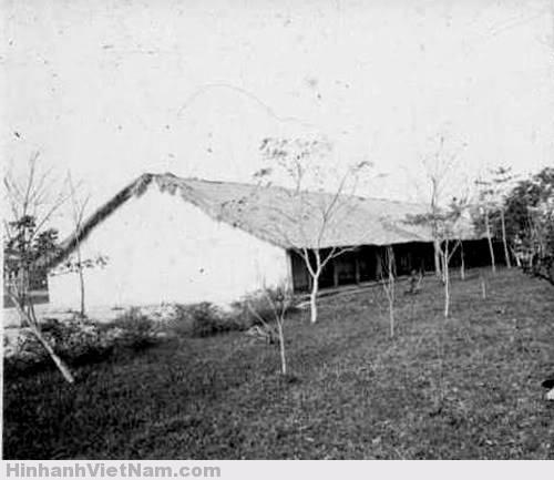Thời kỳ mới thành lập, ông Ngô Đình Khả làm trưởng giáo, trường được xây dựng theo kiểu cũ, nhà tranh vách đất.