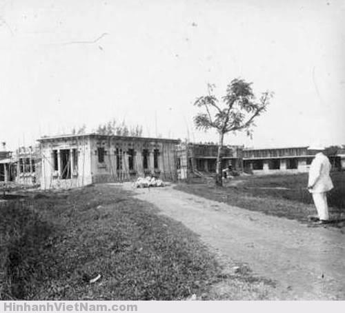 Vào đầu thế kỷ 20 trường được xây mới, công trình kiến trúc được xây dựng theo kiểu Pháp.