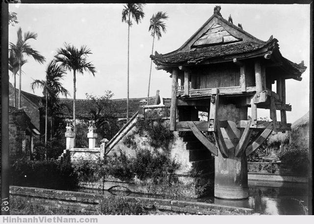 Chùa Một Cột năm 1898, trông khá tàn tạ so với bức ảnh chụp 2 năm trước đó.