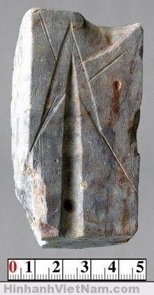 Khuôn đúc mũi tên đồng tìm thấy trong hố khai quật Đền Thượng, Cổ Loa