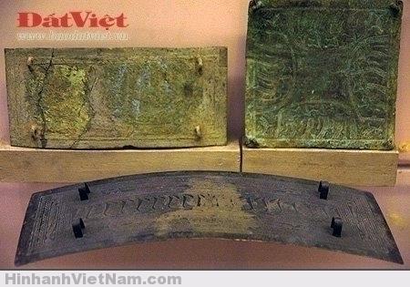 Các tấm che ngực có hình vuông hay hình chữ nhật, có hoa văn trang trí đúc nổi thời Hùng Vương