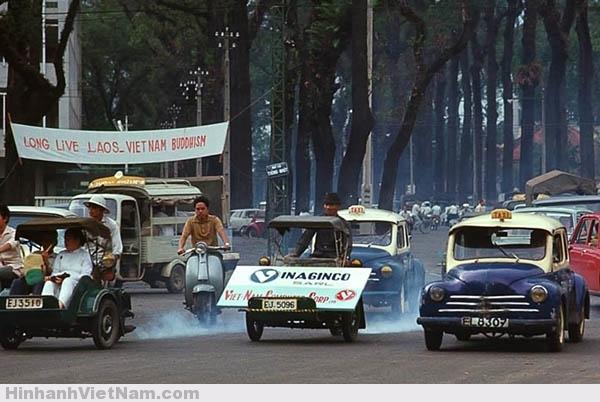Xe xích-lô máy và Taxi Renault 4CV là 2 biểu tượng của Sài Gòn xưa