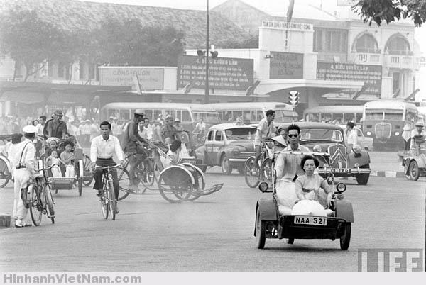 Hình ảnh quen thuộc xe xích-lô máy chạy quanh Công trường Diên Hồng xưa, trước trạm xe buýt Công Quản Chuyên Chở Công Cộng đối diện với Chợ Bến Thành